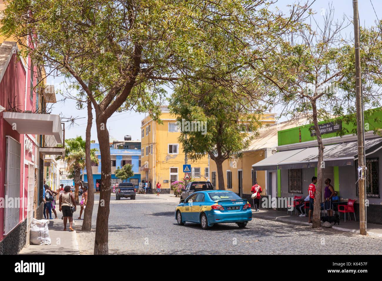 Capo Verde SAL Capo verde street nella città capitale Espargos, taxi e persone locali shopping Espargos e Santa Maria, Isola di Sal Capo Verde Immagini Stock
