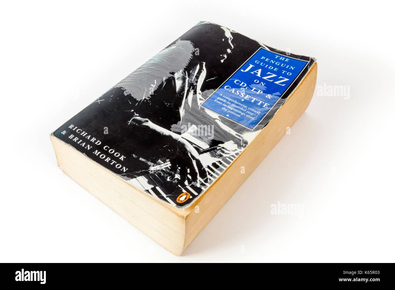 Prima edizione del Penguin Guide to jazz su CD, LP e cassette da Richard e Brian morton su sfondo bianco Immagini Stock