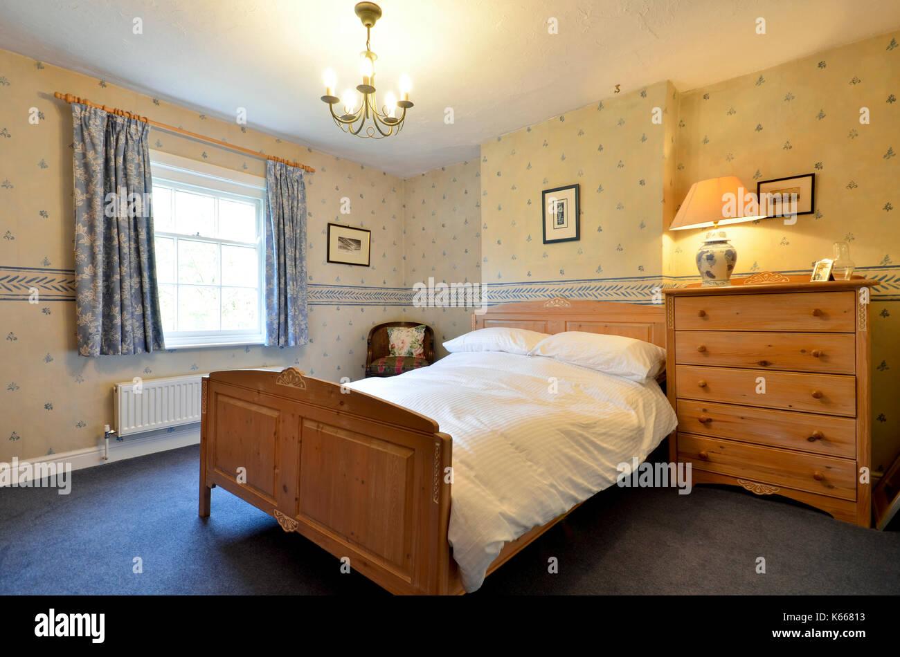 Camera per ospiti in cottage di campagna con mobili in legno di pino Foto Stock