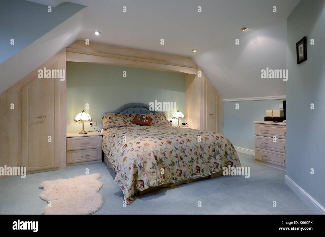 La camera da letto padronale con armadi a muro Foto & Immagine Stock ...
