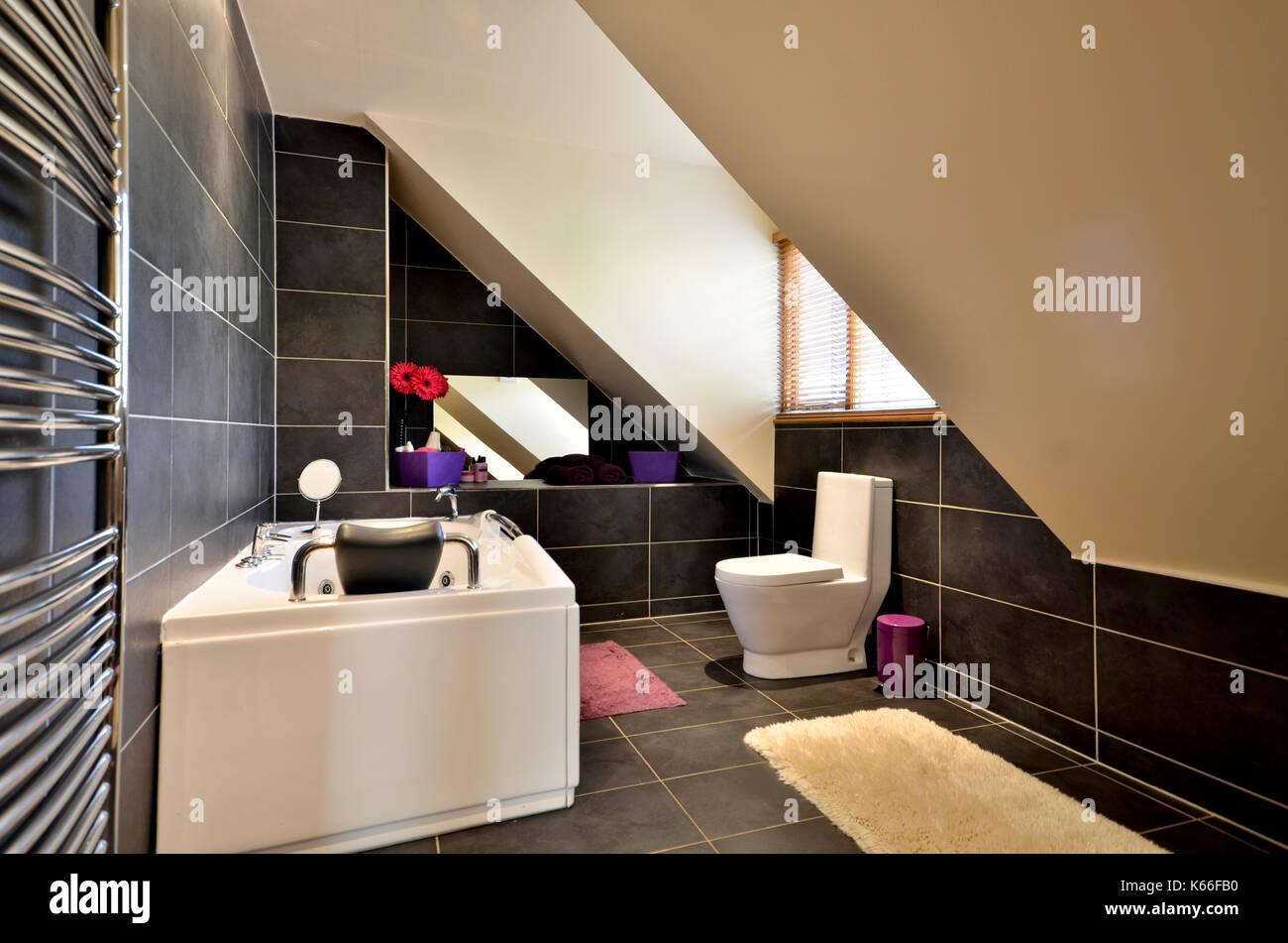 Piastrelle nere secondo bagno in mansarda spazio foto immagine