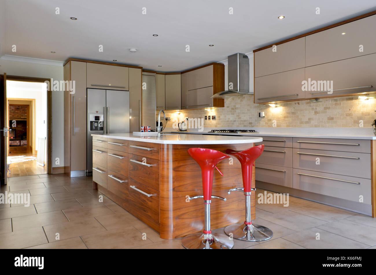 La colazione bar con sgabelli rosso cucina nuova foto & immagine