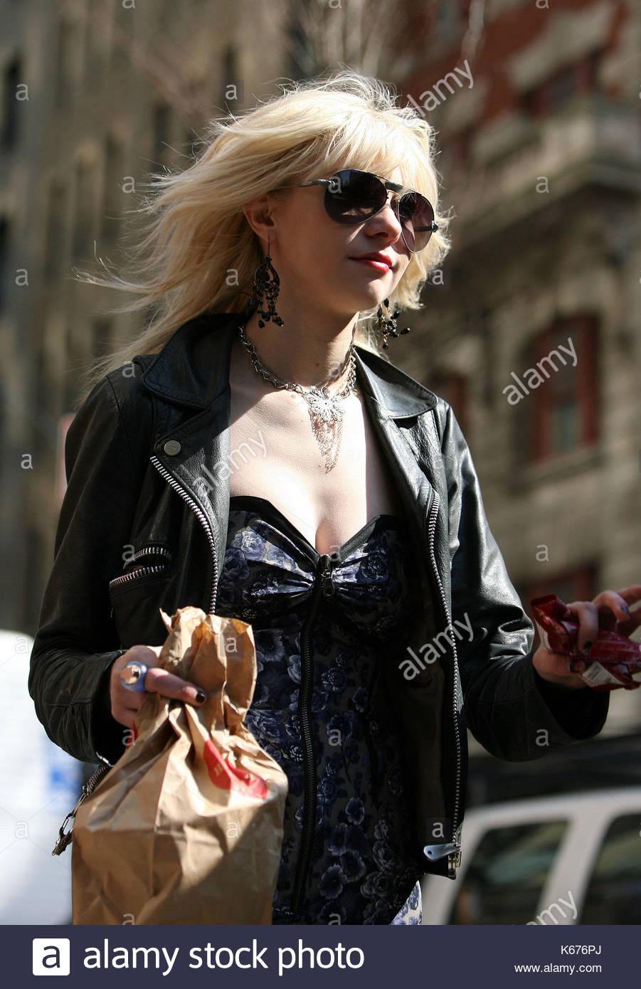 e8e4956ec6160 taylor-momsen-taylor-momsen-che-interpreta-il-ruolo-di-jenny-humphrey-nella-serie-televisiva-gossip-girl-macchiato-di-indossare-calze-a-rete-una-giacca-di-  ...