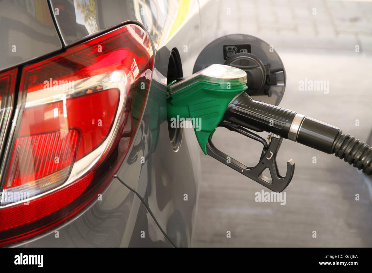Il rifornimento di carburante per auto presso la stazione di benzina. concetto per l'uso di combustibili fossili (benzina, diesel) nei motori a combustione e ambientali e guarire professionali Immagini Stock