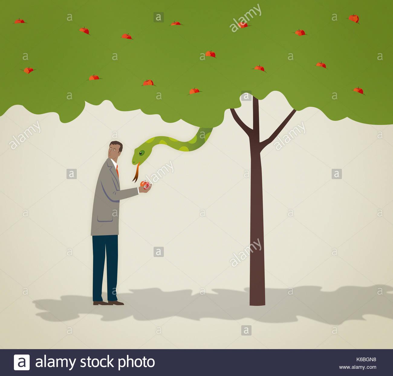 Snake in albero guardando furtivo imprenditore tenendo apple Immagini Stock
