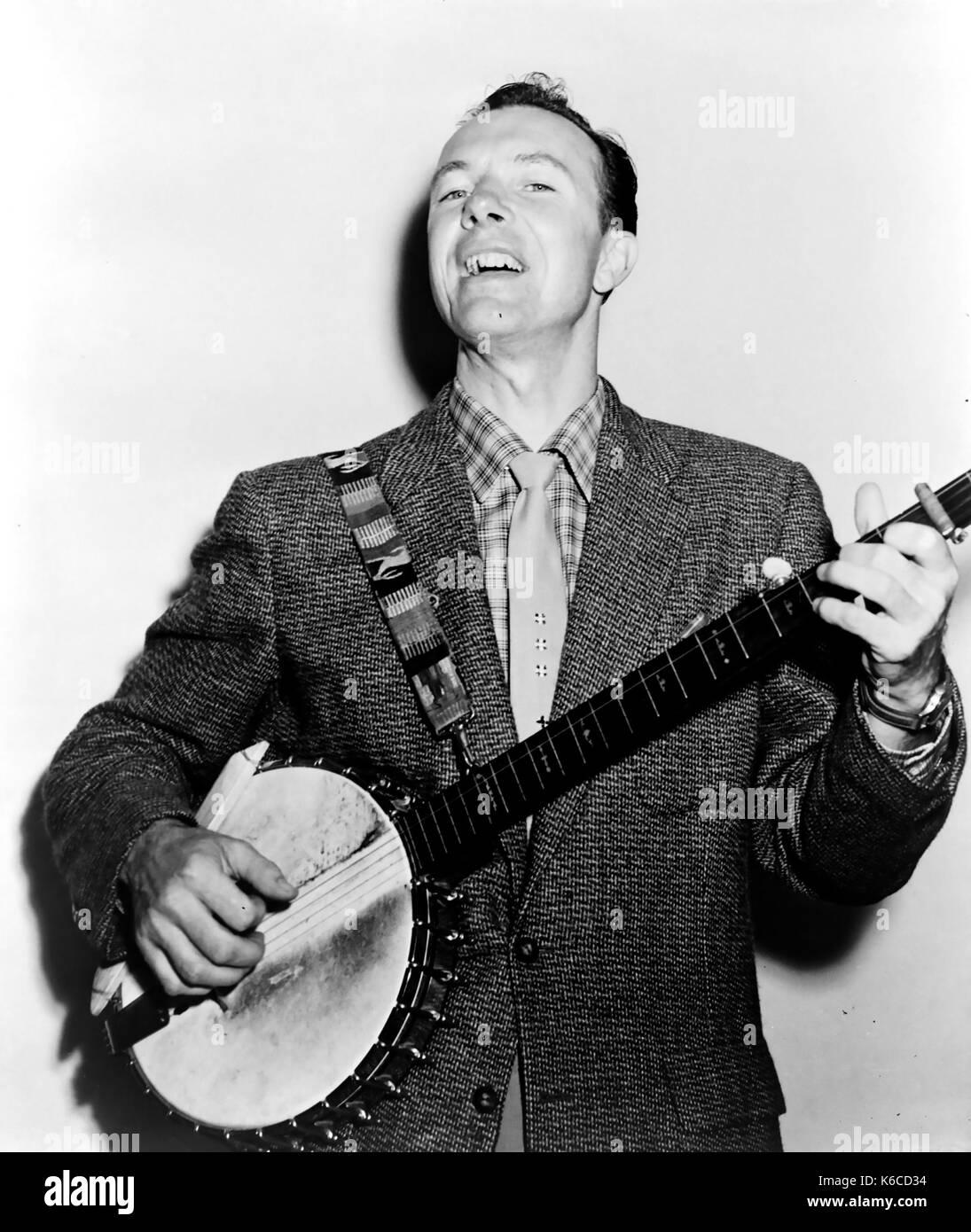 Pete Seeger (1919-2014) american folk musicista nel 1955 Immagini Stock