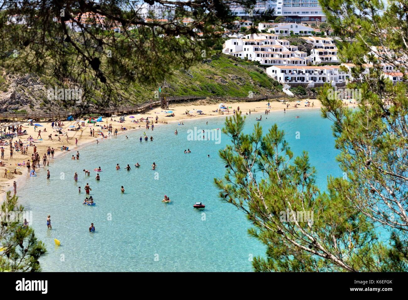 Le persone che si godono il Mediterraneo Oceano Arenal d'en Castell Minorca isole Baleari Spagna Immagini Stock