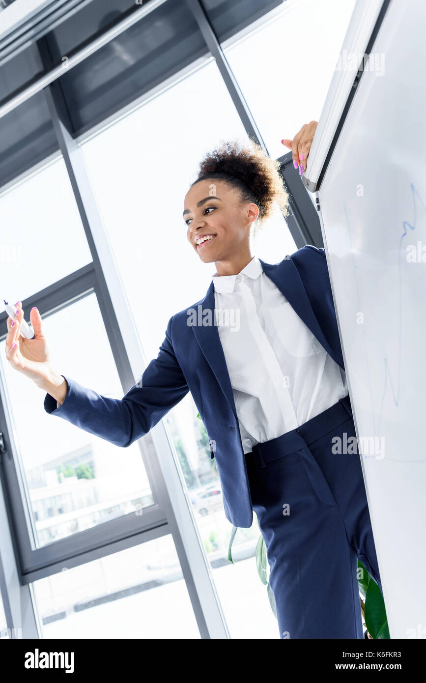 African American imprenditrice con lavagna Immagini Stock