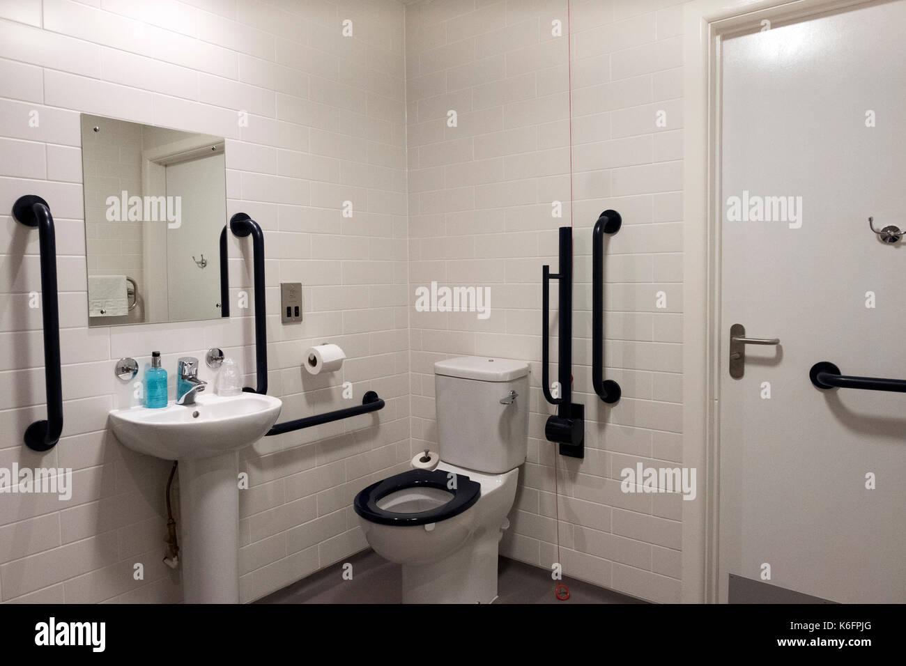 Bagno per disabili stanza con doccia foto immagine stock