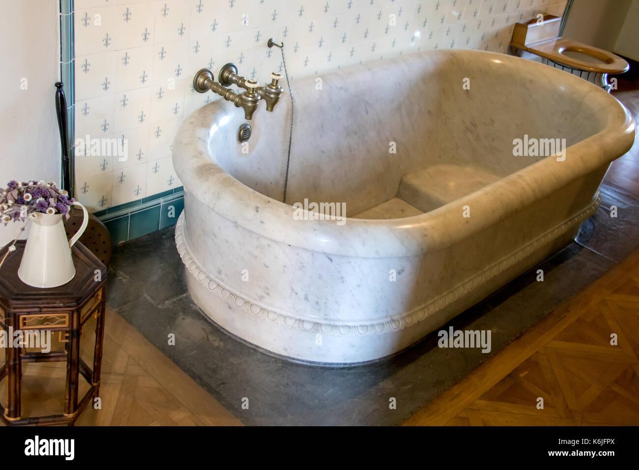 Vasca Da Bagno Marmo : La grande vasca da bagno nel bagno ha acceso il marmo nessuno