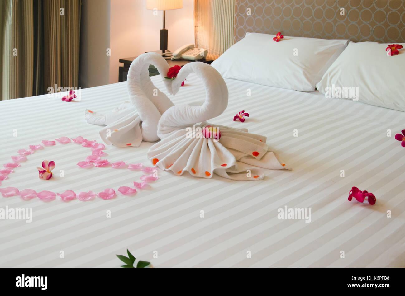 Foto Di Camere Da Letto Romantiche : Camera da letto interni swan asciugamano e fiori di orchidea sul
