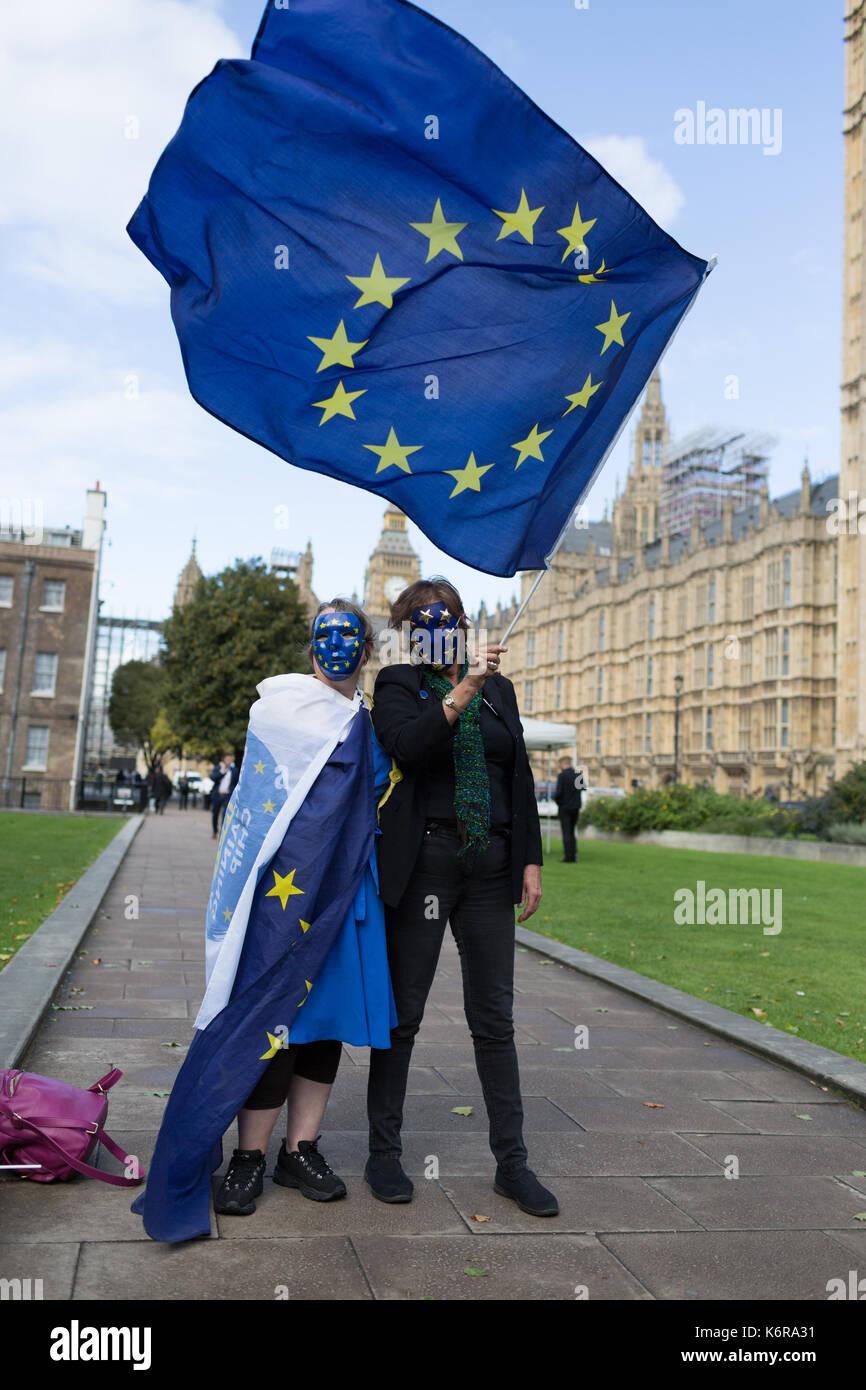 Londra, Regno Unito. Xiii Sep, 2017. pro-UE rimangono gli elettori sventolare la bandiera dell'UE al di fuori di westminster davanti al 3milioni citizenslobby17 Incontriamoci. Credito: radek bayek/alamy live news Foto Stock