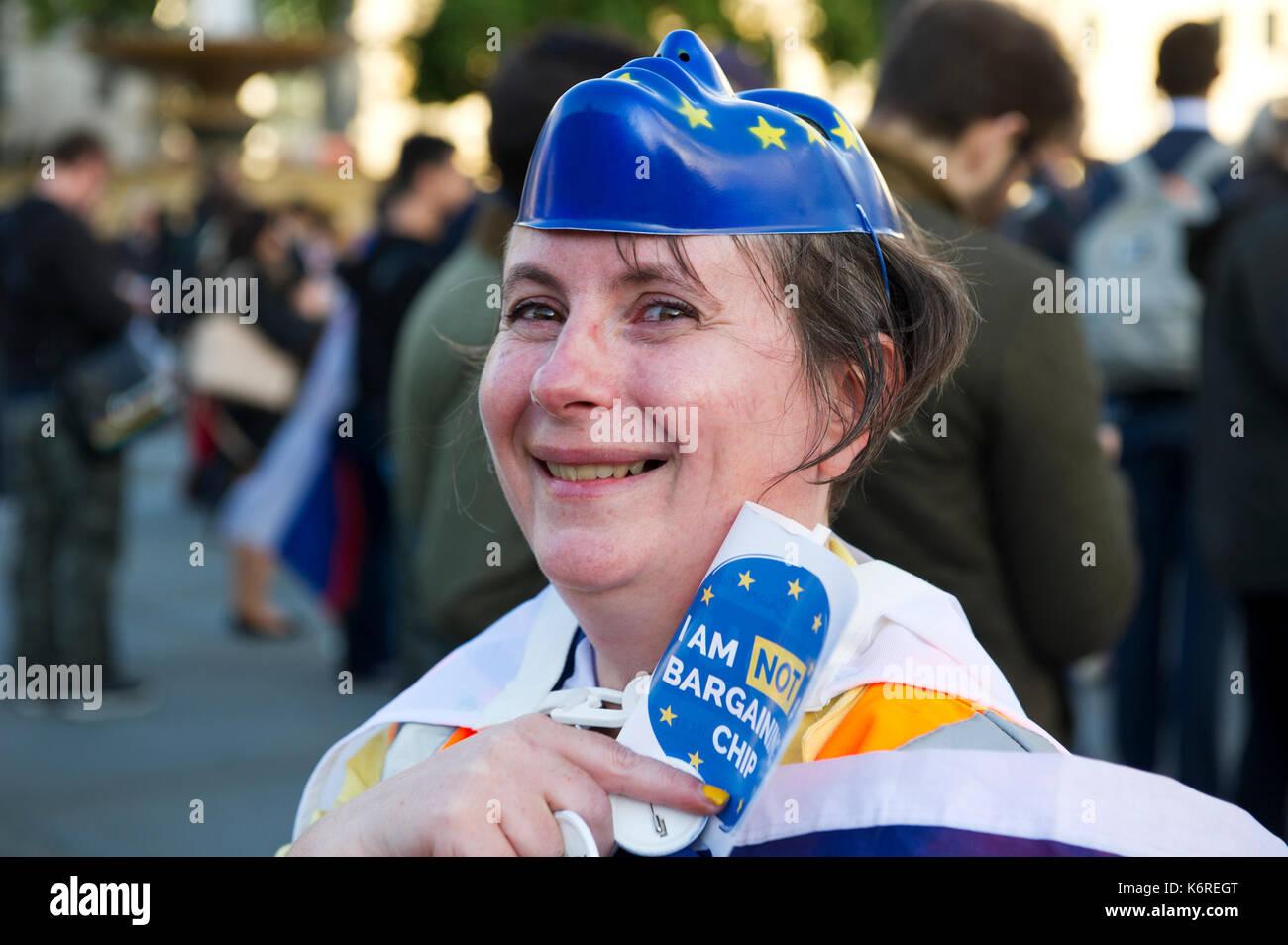 """Londra, Regno Unito. Xiii Sep, 2017. Una donna con un Unione Europea maschera sulla sua testa è raffigurato durante i cittadini"""" Rally come una giornata di azione per cittadini dell' Unione europea nel Regno Unito e per i cittadini britannici in Europa. Ai cittadini il Rally in Trafalgar Square è stato creato per celebrare la vita di tutti i cittadini UE che risiedono nel Regno Unito & i cittadini britannici in Europa e sostenere la loro semplice chiedere di conservare i loro diritti attuali invariata dopo Brexit. Foto Stock"""