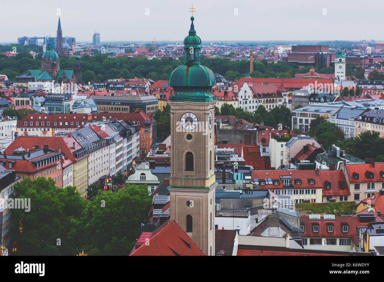 Splendida vista aerea super grandangolare di Monaco, Baviera, Germania con skyline e paesaggi oltre la città, visto Foto Stock