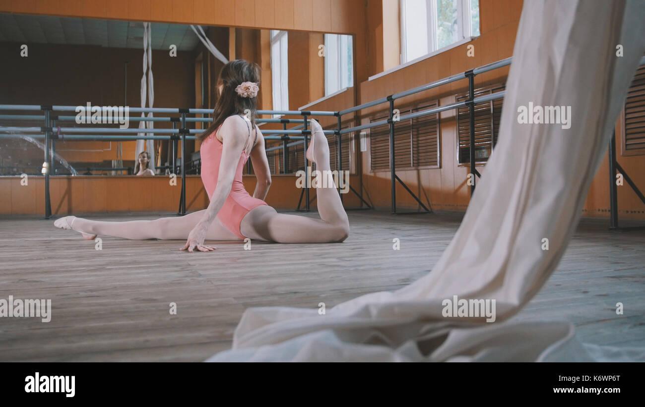 Graziosa ragazza ballerina praticando in studio, elementi di acrobatico Immagini Stock