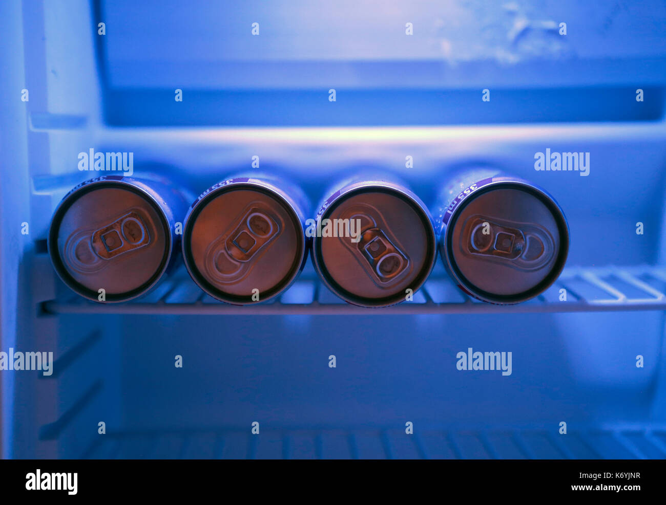 Le lattine su un frigorifero Immagini Stock