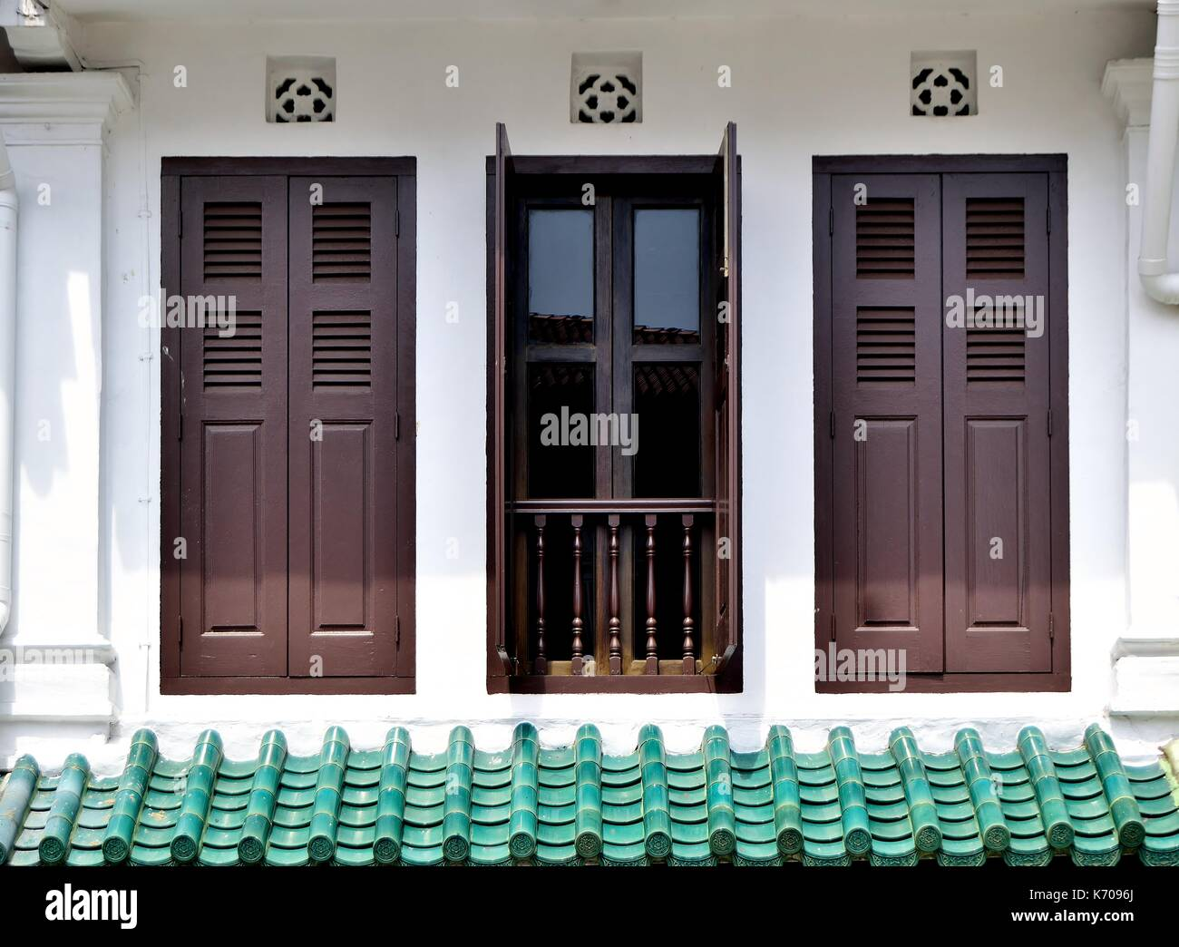 Negozio tradizionale esterno della casa con facciata di colore