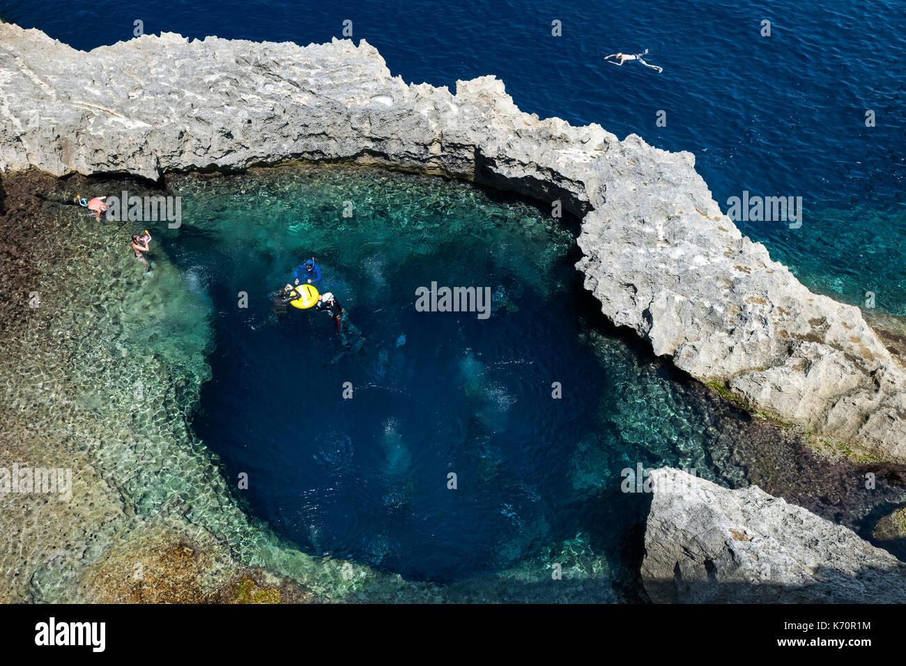 Sito di immersione nei pressi dell'ex Azure Window arco di roccia nei pressi di Dwejra Bay sull'isola di Gozo a Malta. Immagini Stock