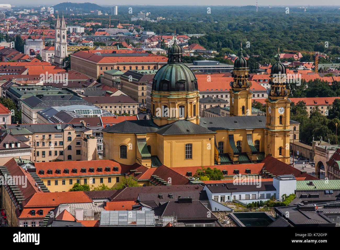 La città di Monaco di Baviera con la chiesa Teatini, una vista dalla Frauenkirche Immagini Stock