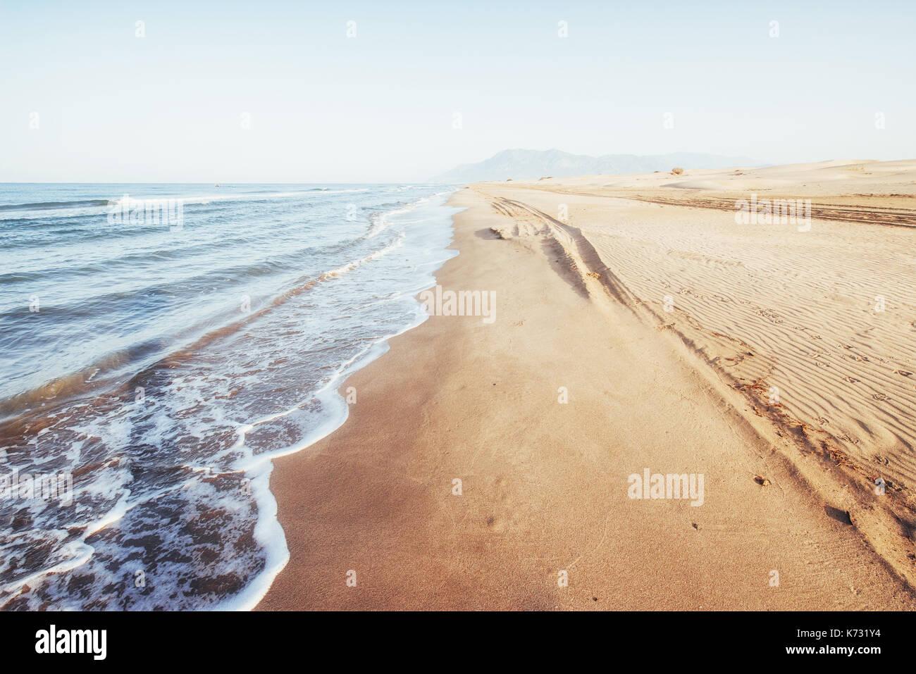 Fantastiche vedute della costa del mare con sabbia gialla e blu acqua Immagini Stock