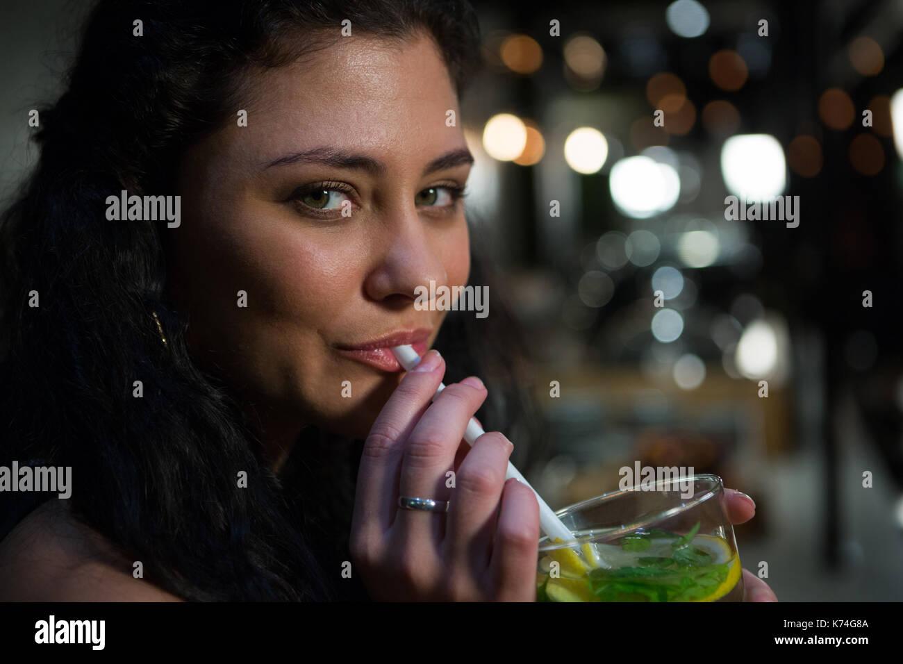 Ritratto di donna bella mocktail bere nel ristorante Immagini Stock
