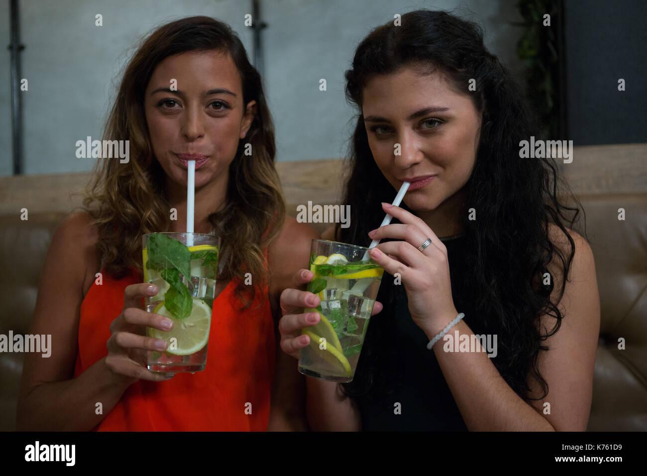 Ritratto di felice gli amici a bere mocktail nel ristorante Immagini Stock