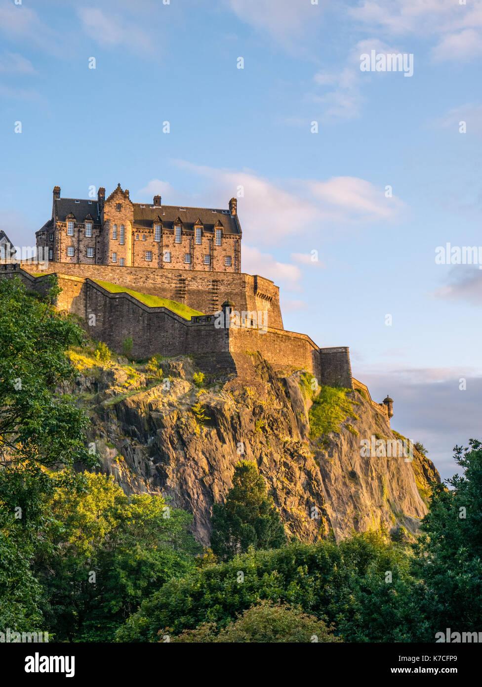 Sunset, il Castello di Edimburgo, visto dai giardini di Princes Street e il Castello di Edimburgo, Castle Rock, Edimburgo, Scozia, GB. Immagini Stock