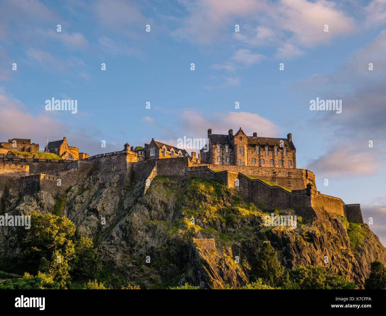 Sunset, il Castello di Edimburgo, visto dai giardini di Princes Street e il Castello di Edimburgo, Castle Rock, Edimburgo, Scozia. Immagini Stock