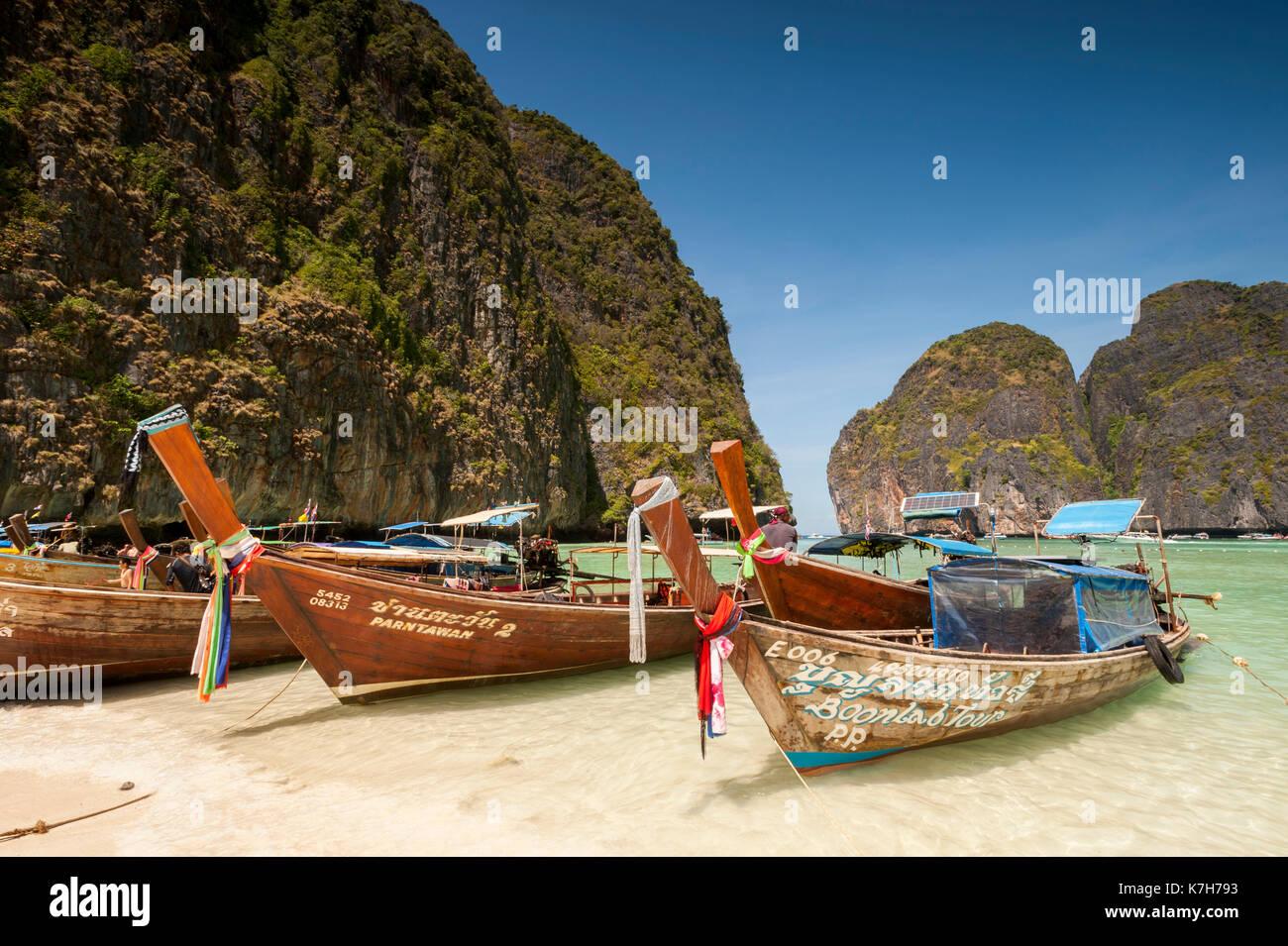 Lunga coda di barche in maya bay, le isole Phi Phi, Thailandia. Immagini Stock