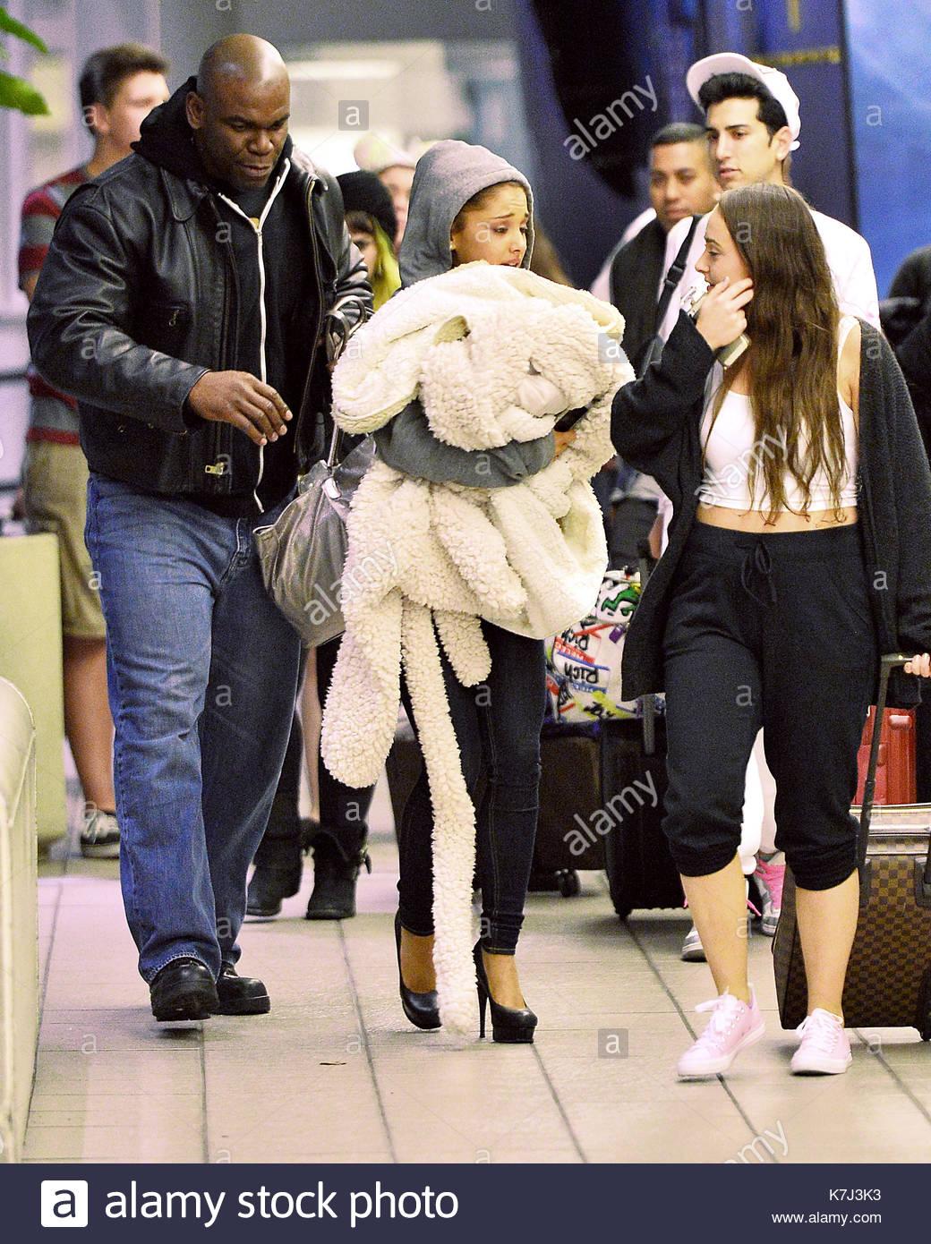 Ariana Grande Nascosto Sotto Il Coperchio Del Suo Mantello Come Ha Fatto A Tarda Notte Arrivo Allaeroporto Internazionale Di Orlando