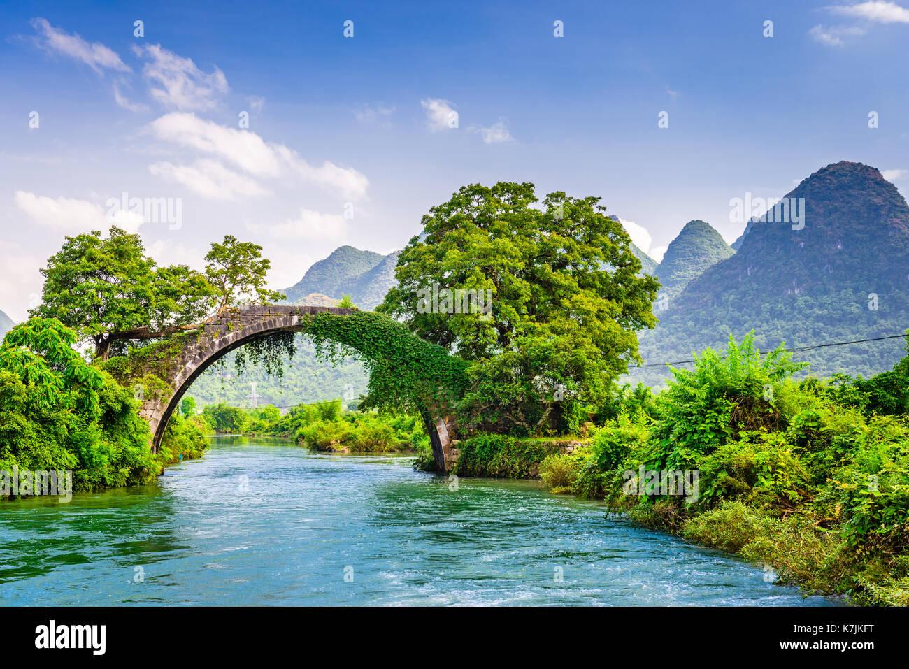 Yangshuo, Cina presso il drago ponte che attraversa il Fiume Li. Immagini Stock