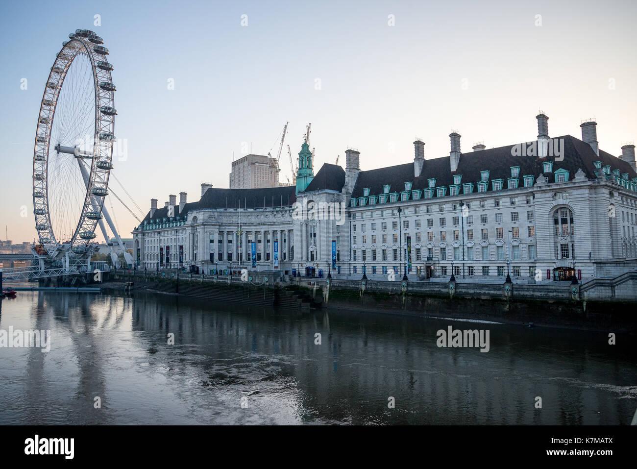 Queen's Walk, London Eye e County Hall edificio sul fiume di mattina presto, Inghilterra Immagini Stock