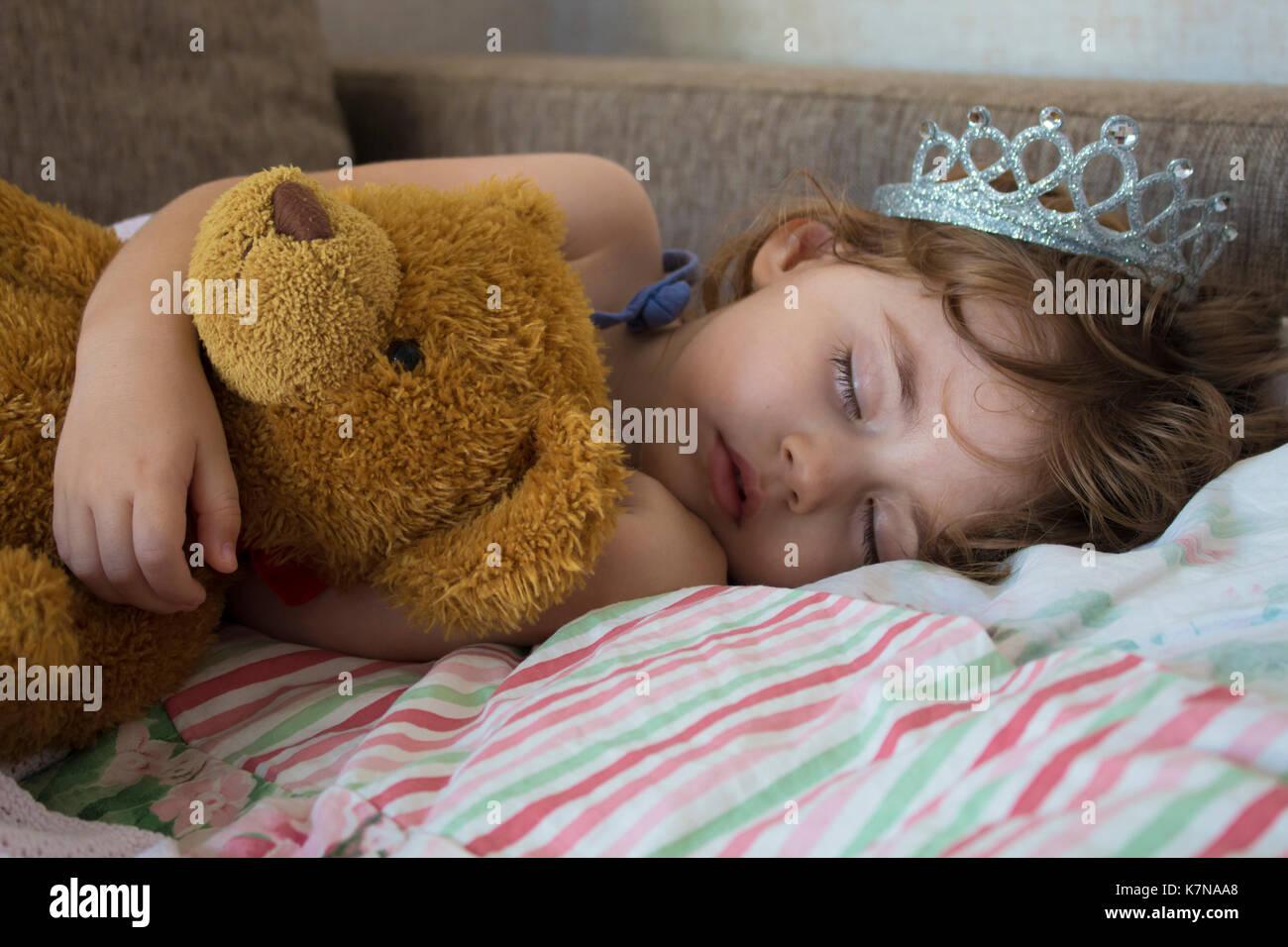 Gentile giovane bella ragazza bionda piccola principessa con i