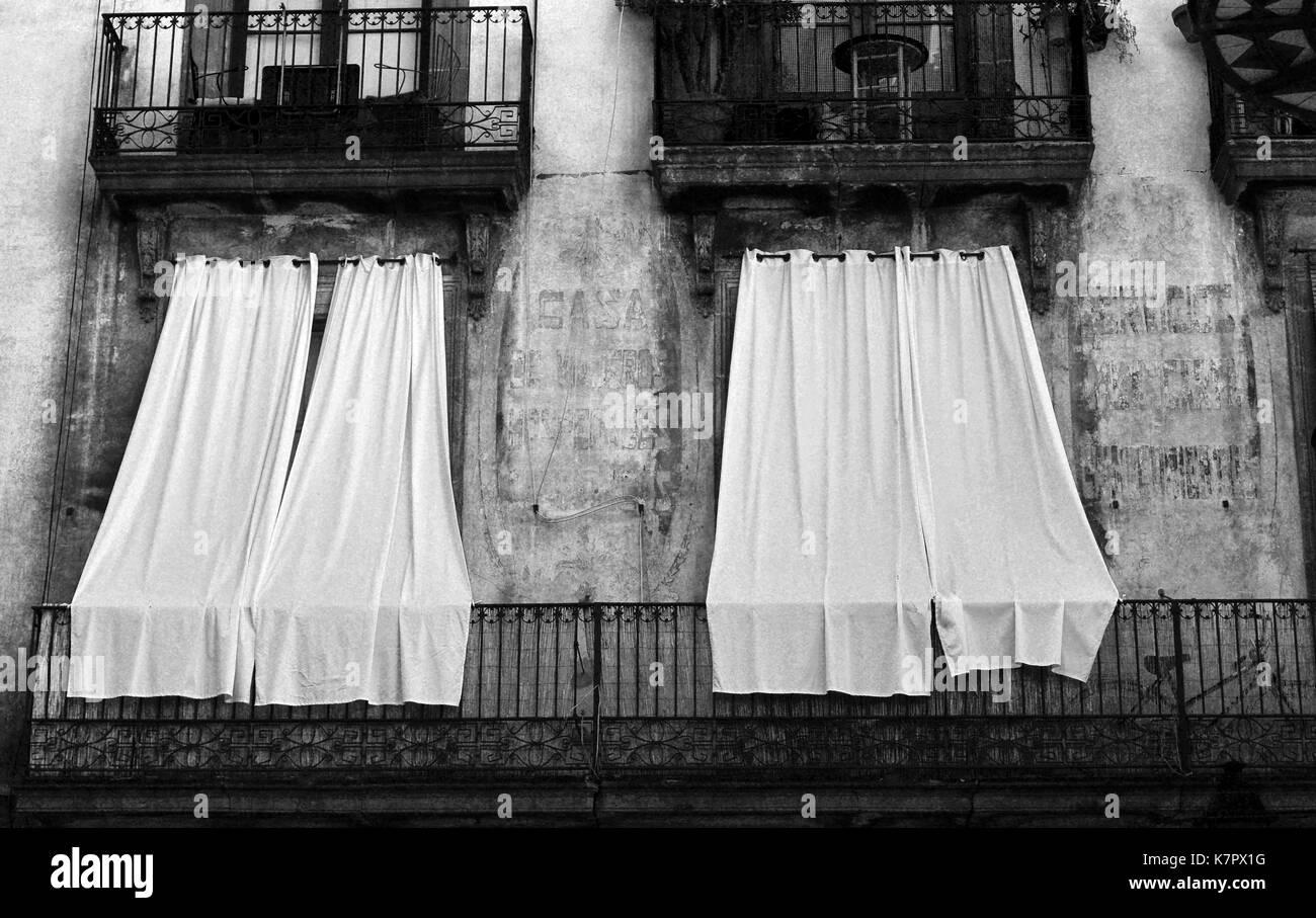 Tende Per Finestra Balcone : Tende bianche sulle finestre del balcone foto immagine stock
