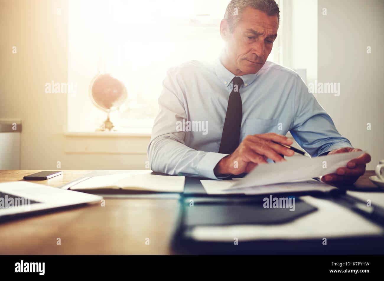 Scrivania Ufficio Avvocato : Focalizzato coppia avvocato solo seduto alla sua scrivania in un