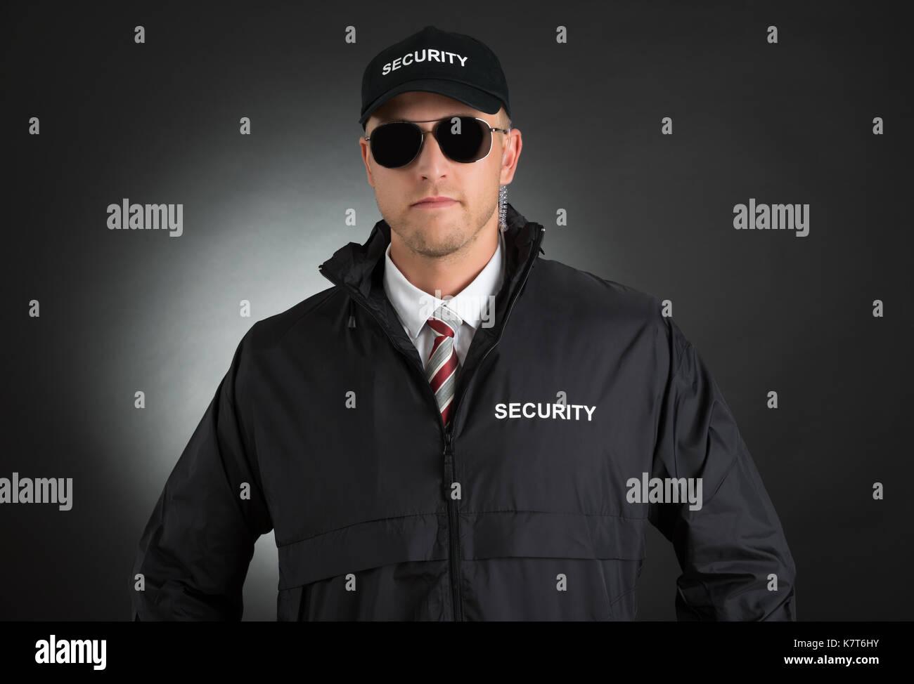 Che Giovane In Ritratto Uniforme Occhiali Gli Bodyguard Di Indossa sQdCxhrtBo
