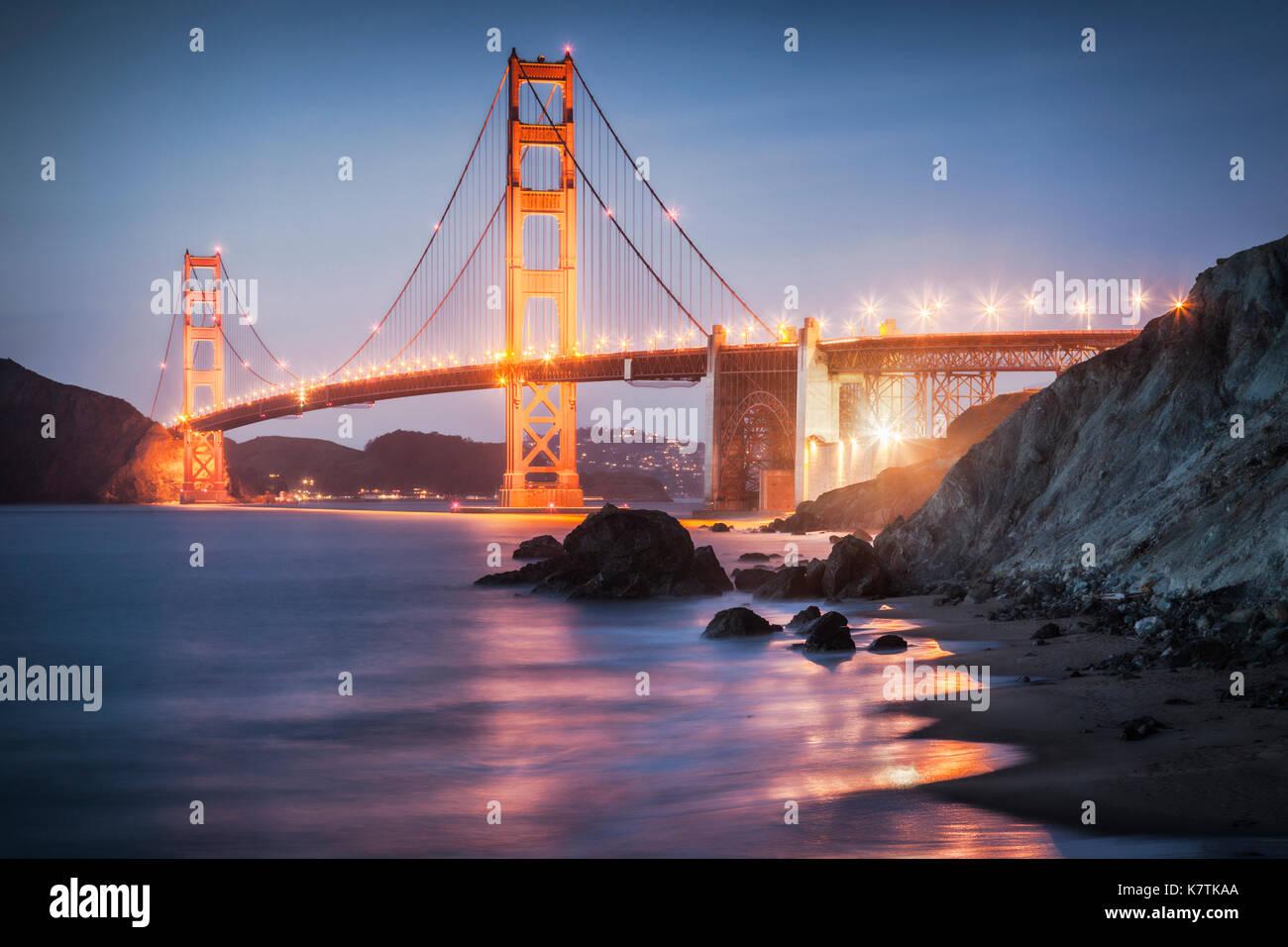 Il Golden Gate Bridge di San Francisco, accesa dopo il tramonto. Immagini Stock