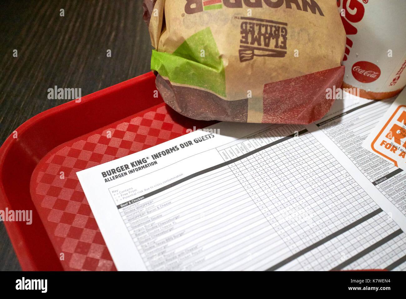 Allergene foglio di informazioni su un vassoio con un burger king pasto Immagini Stock