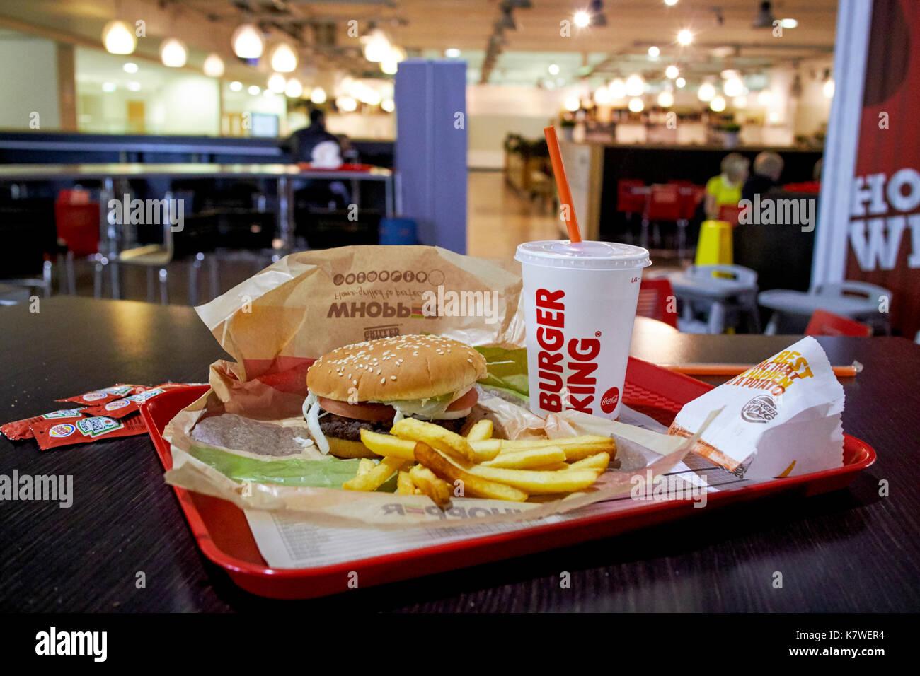 Burger King pasto su un vassoio in un ristorante in un aeroporto regionale nel Regno Unito durante la notte in attesa di un volo ritardato Immagini Stock