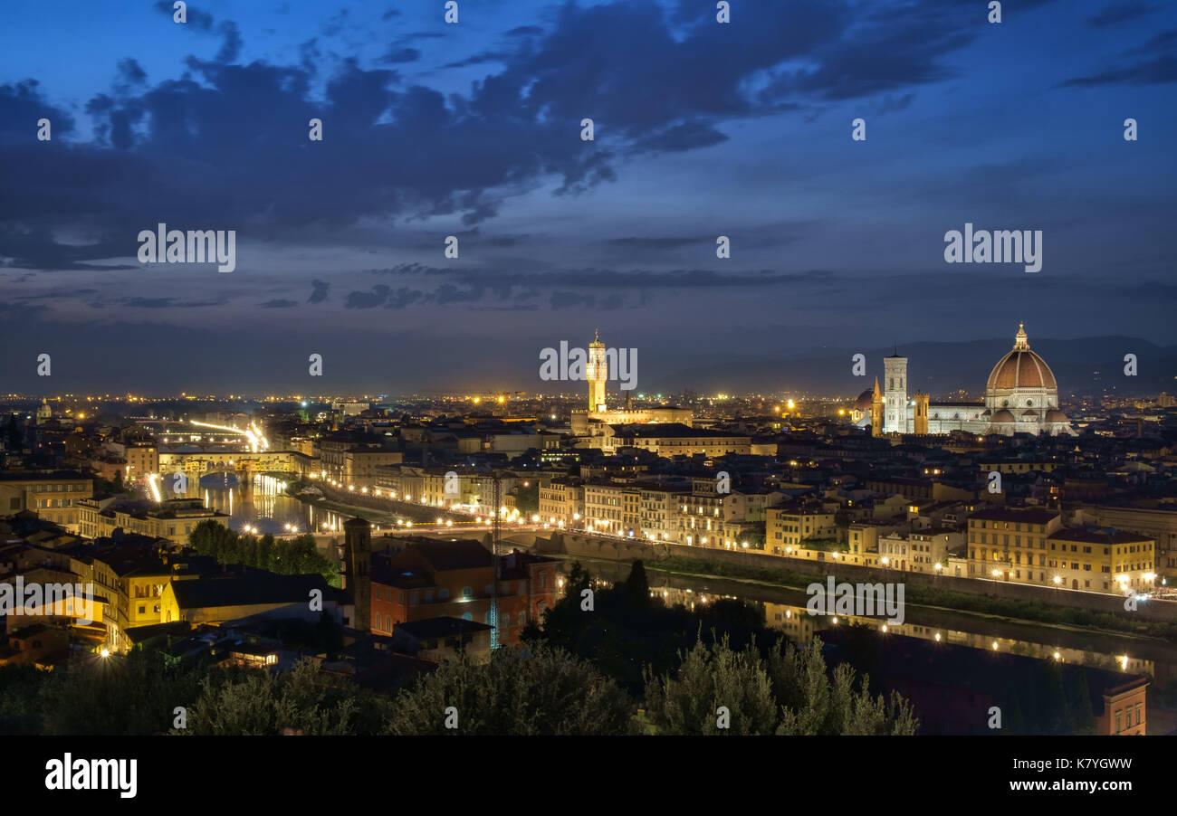 Vista aerea del fiume Arno e Firenze dal Piazzale Michelangelo di notte. Firenze è una delle principali destinazioni turistiche in Italia. Foto Stock