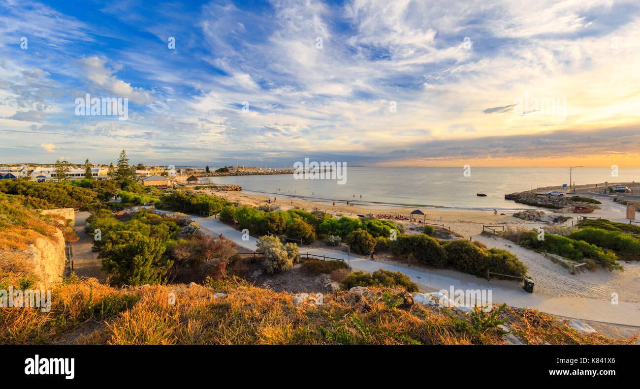 Fremantle, Australia. Spiaggia di bagnanti nel sole del tardo pomeriggio. Immagini Stock