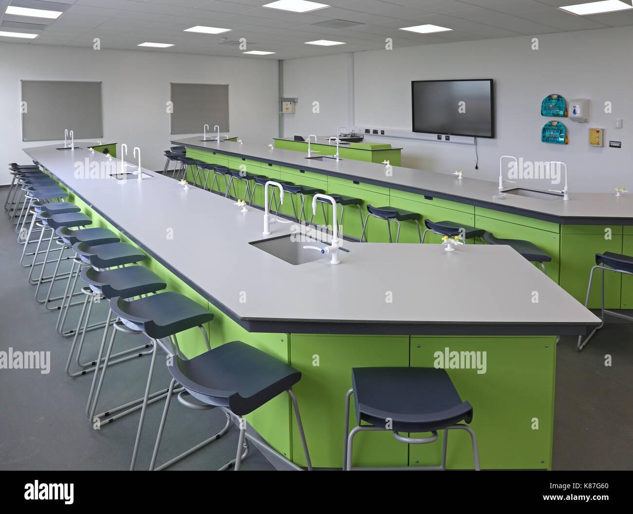 Laboratorio di scienze in una nuova londra scuola secondaria. mostra