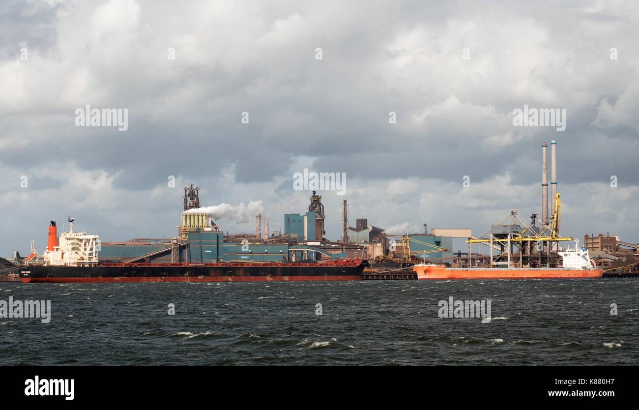 Navi portarinfuse Sud Trader e oceano Cefeo ormeggiato a Ijmuiden acciaierie, Olanda, Europa Immagini Stock