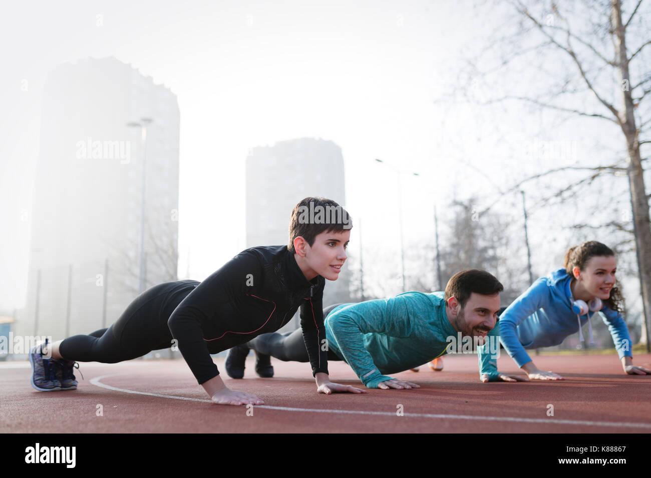 Gruppo sportivo sano determinati amici fitness training toge Immagini Stock