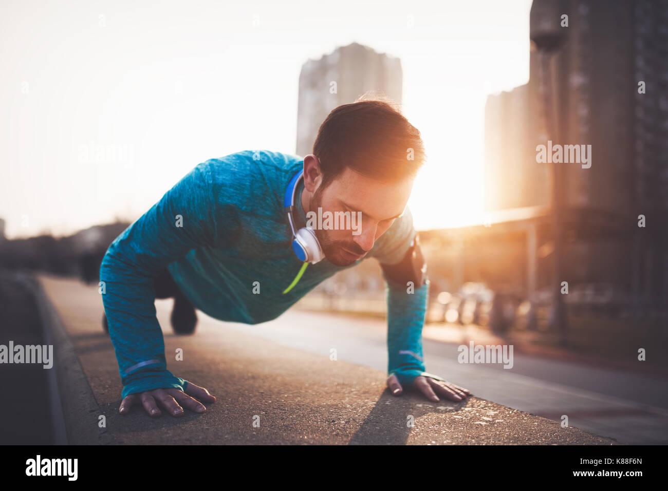 Uomo bello urban allenamento nel tramonto Immagini Stock