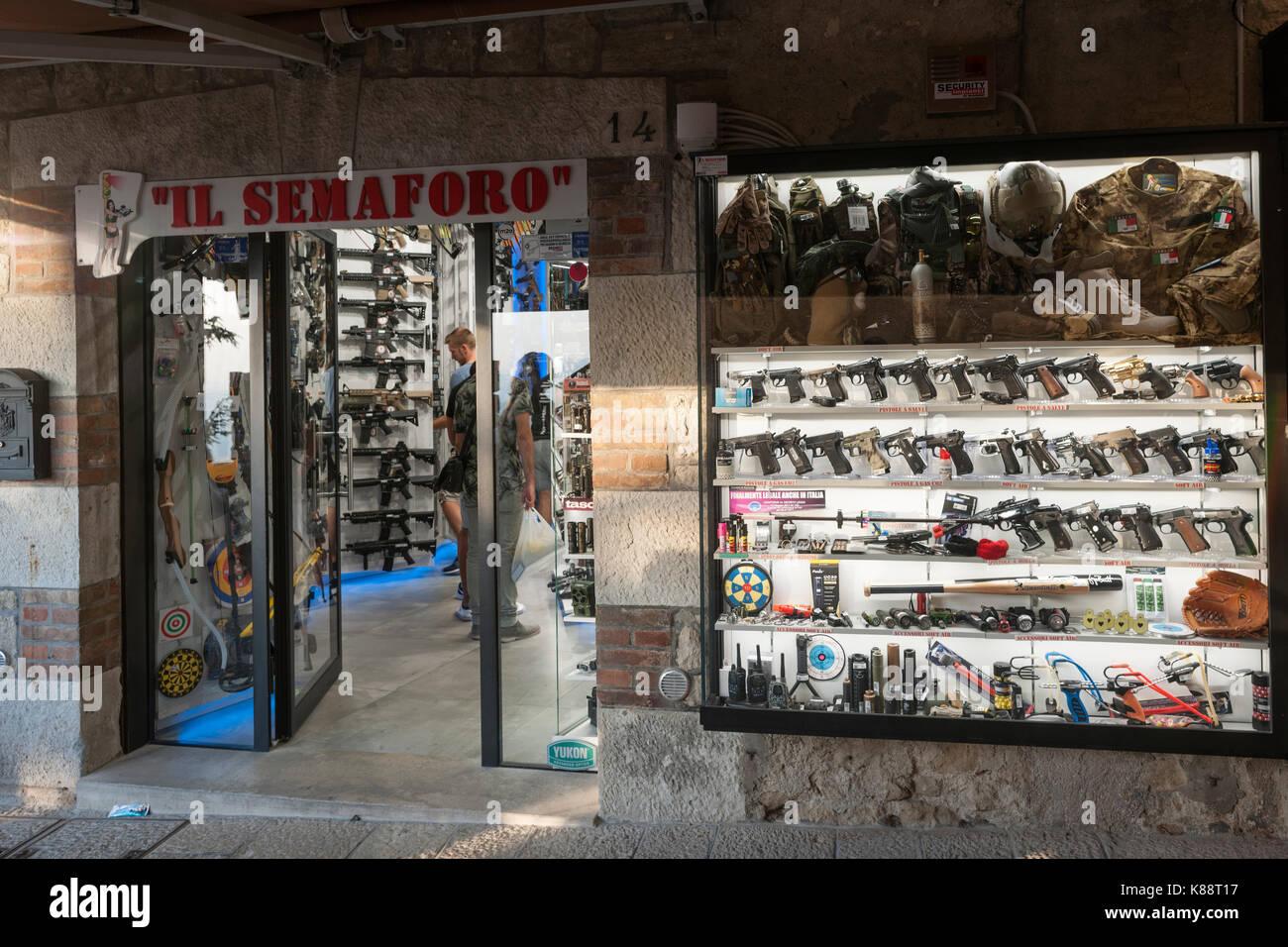 Uno dei numerosi negozi specializzati in pistole ad aria e imitazioni di armi nel centro storico di San Marino. Immagini Stock