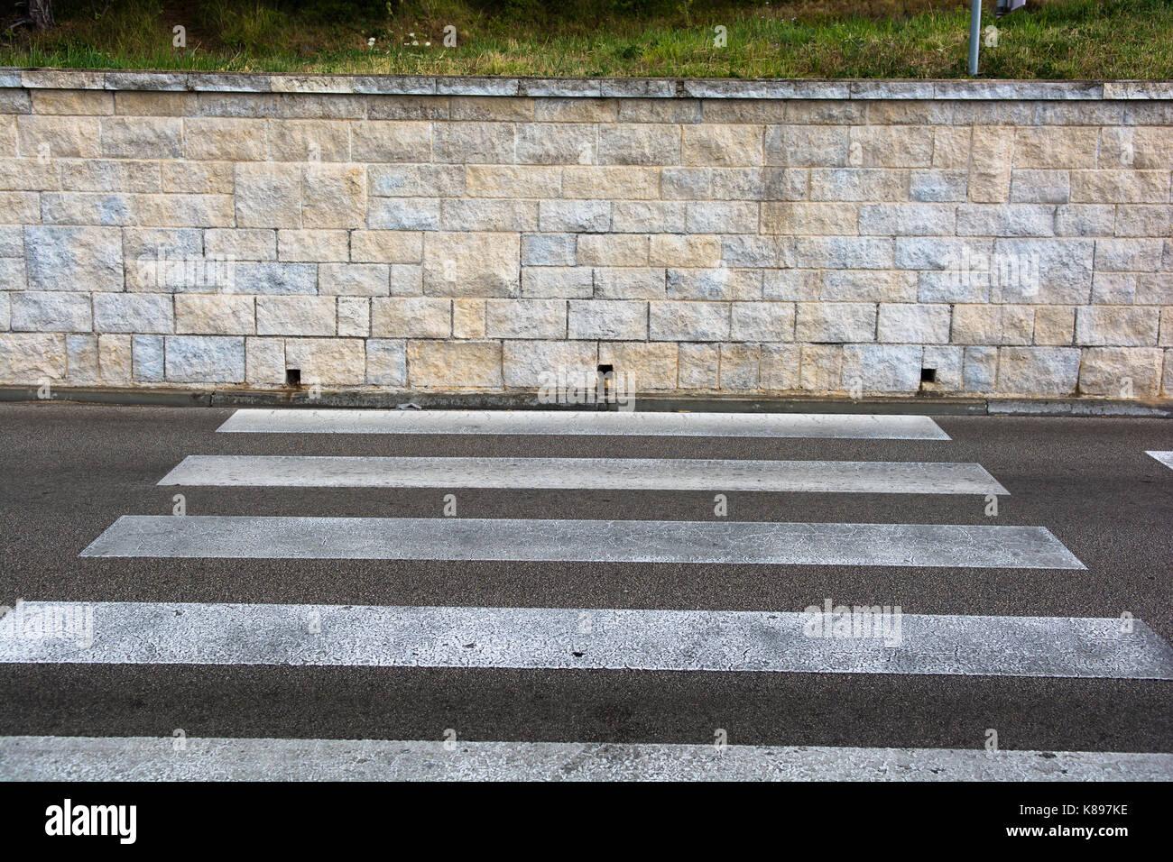 Crosswalk con dead end al muro di pietra Immagini Stock