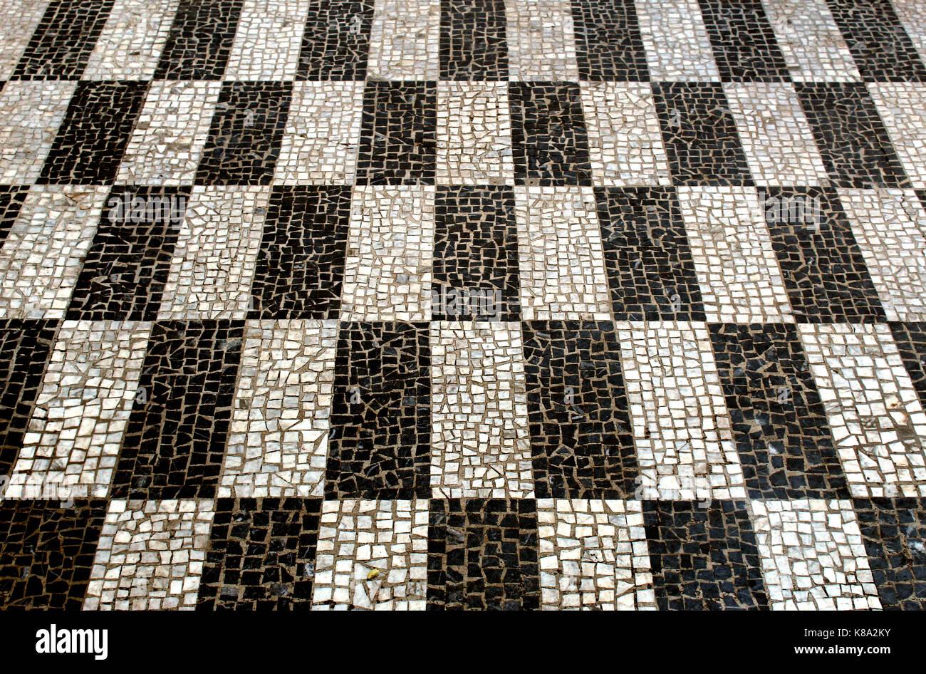Mosaico in bianco e nero di piastrelle rettangolari visto in