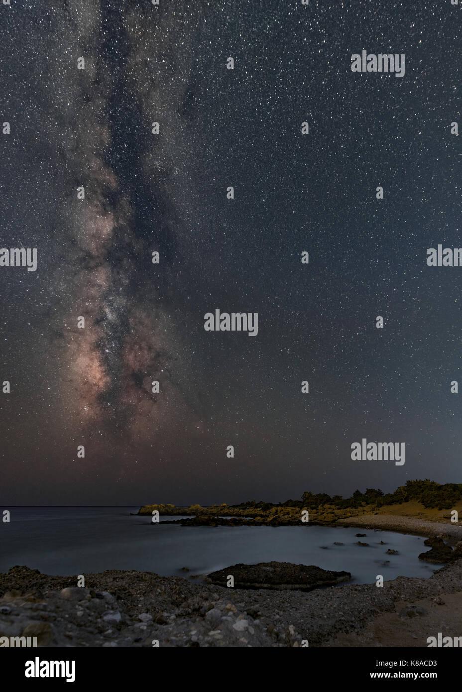 Cielo notturno con via lattea impostazione per il Mar Libico Foto Stock