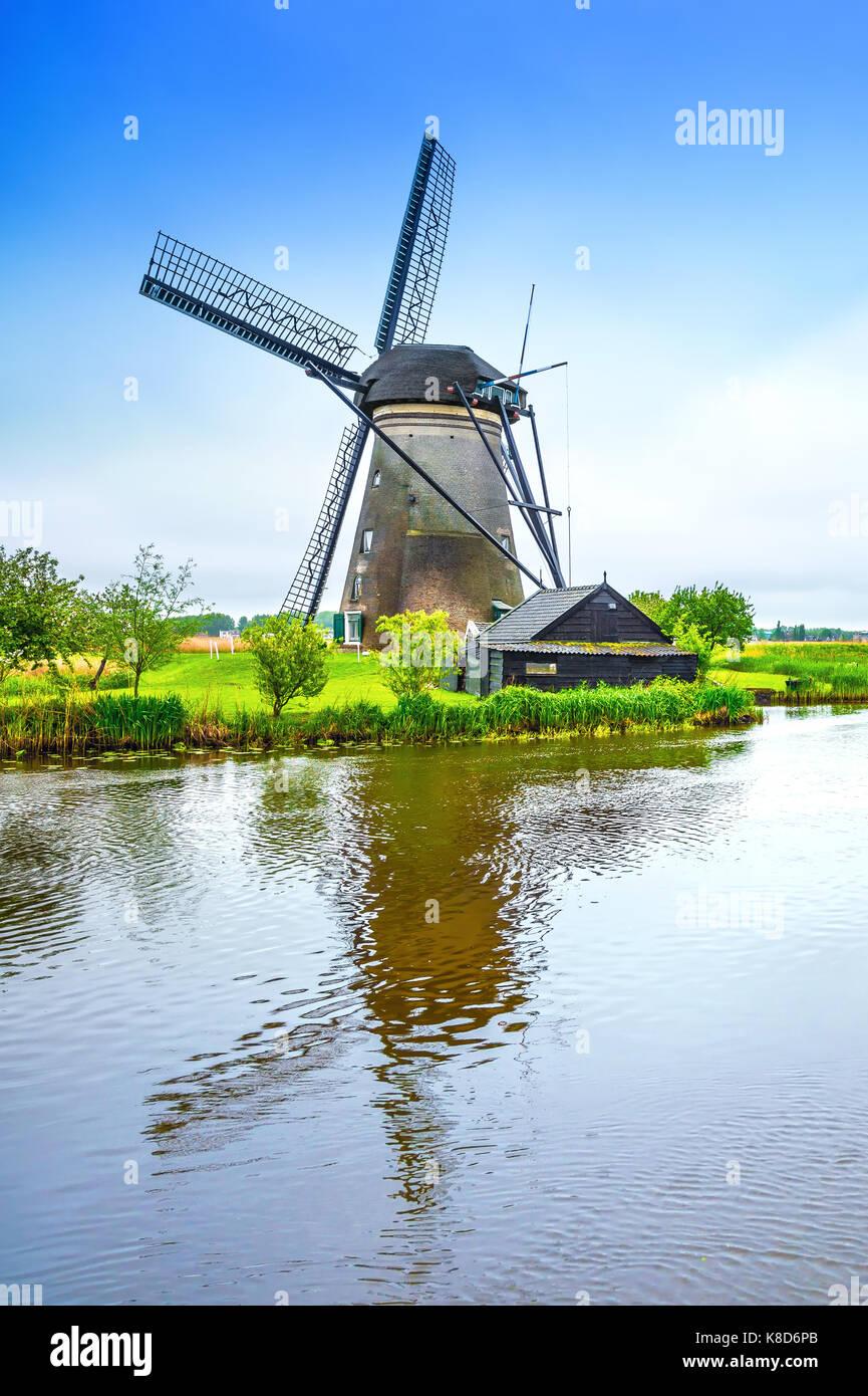 Mulino a vento in un paesaggio holland. Immagini Stock